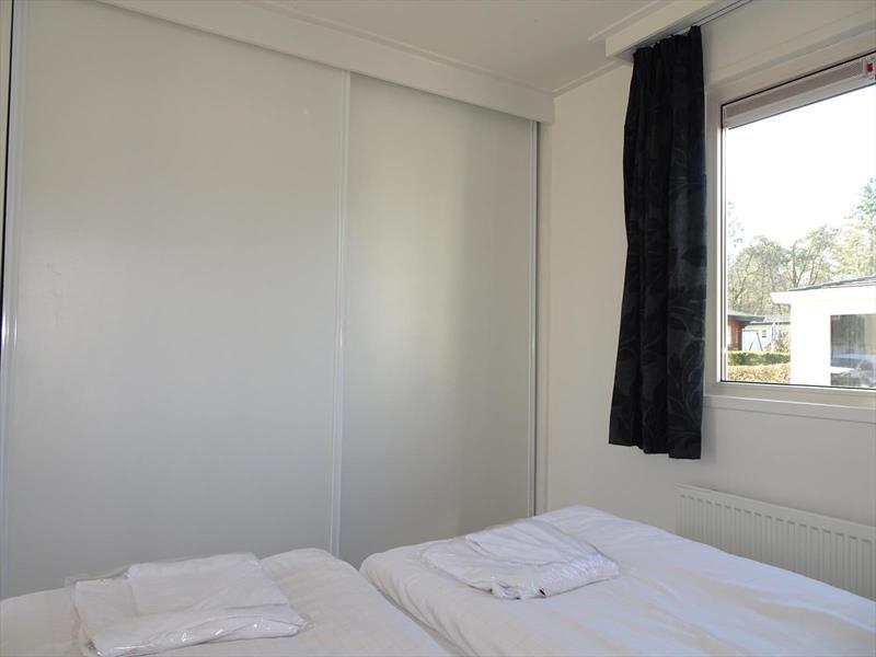 Vakantiehuis te koop Gelderland Arnhem. Ruime slaapkamer met op maat gemaakte linnenkast