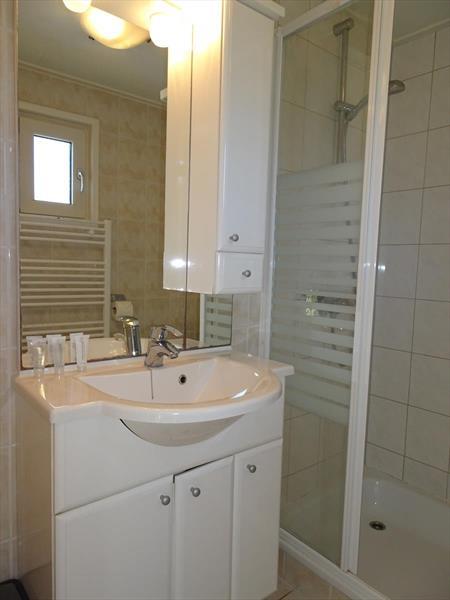 Vakantiehuis te koop Gelderland Arnhem. Badkamer met stijlvol badmeubel