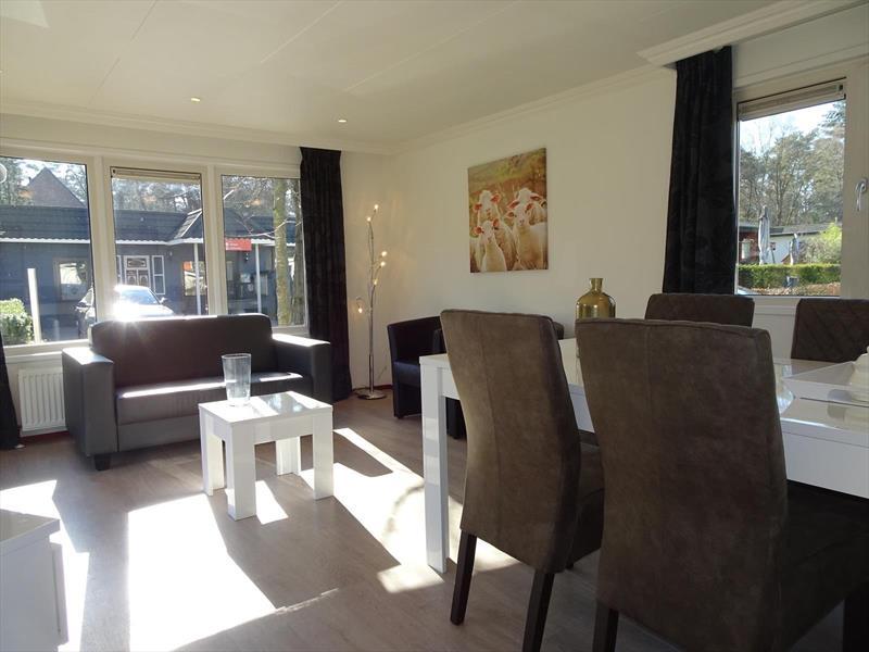 Vakantiehuis te koop Gelderland Arnhem. Woonkamer met eethoek