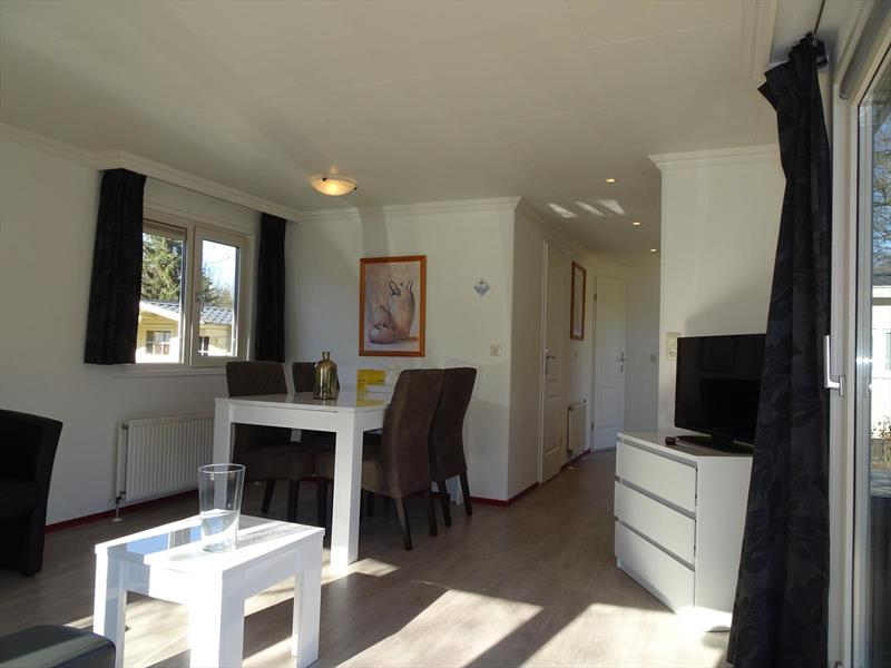 Vakantiehuis te koop Gelderland Arnhem. Eethoek gezien vanuit woonkamer