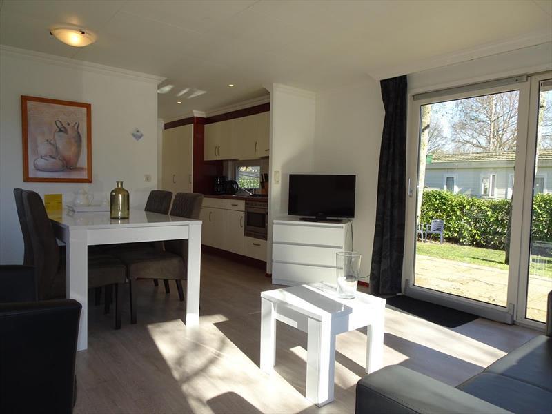 Vakantiehuis te koop Gelderland Arnhem. Zonnige woonkamer met schuifpui naar terras