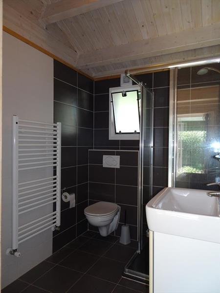 Vakantiehuis te koop Limburg Belfeld Maalbekerweg 25 K002  Droompark Maasduinen Badkamer