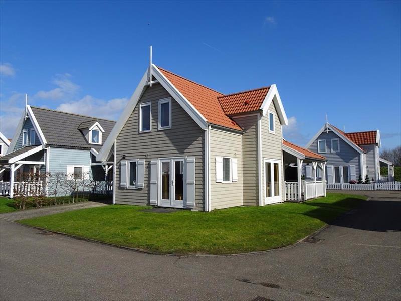 Vakantiehuis te koop Bruinisse Aquastaete Zeeland zijkant met veranda