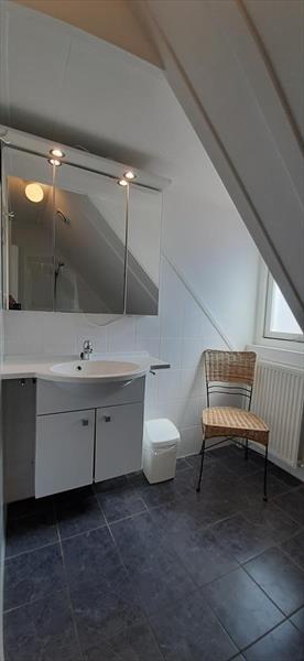 Vakantiehuis te koop Bruinisse Zeeland badkamer op de verdiepingsvloer