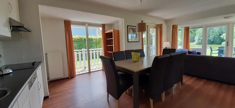 Vakantiehuis te koop Bruinisse Zeeland eetkamer
