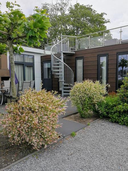 Vakantiehuis te koop in Dordrecht trap naar het dakterras