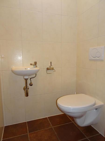 Vakantiehuis te koop toilet op de begane vloer in de hal