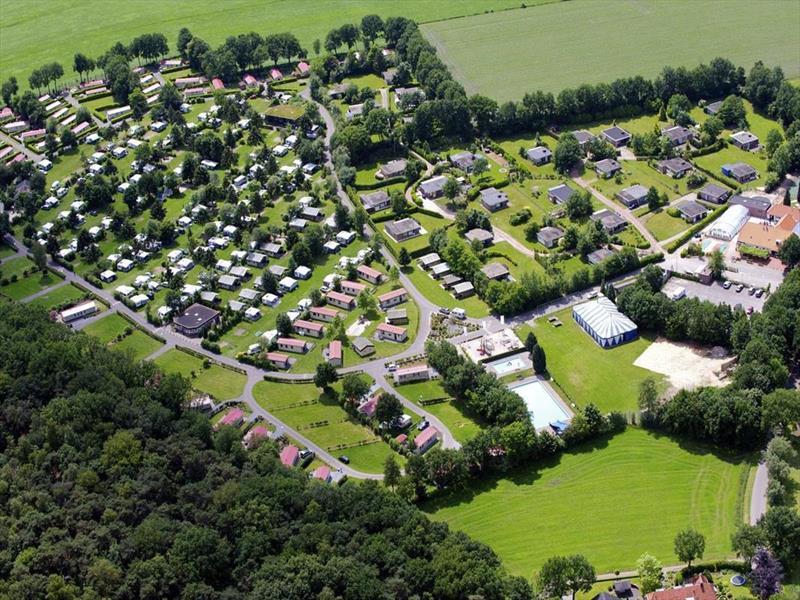 Vakantiehuis te koop Overijssel Luttenberg Heuvelweg 9 K110  Park De Luttenberg  Luchtfoto van het park