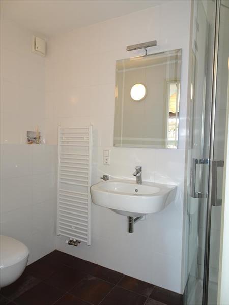 Vakantiehuis te koop Friesland Noardburgum Rijksstraatweg 80 K140 Park Zwartkruis  Badkamer 1