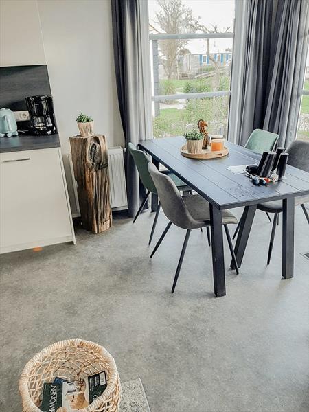 Vakantiehuis te koop bij het strand in Zeeland eetkamer