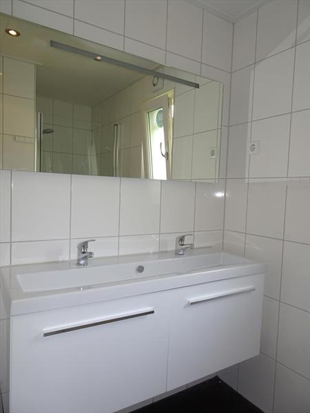 Vakantiehuis te koop N.Holland Velsen Zuid Buitenhuizerweg 2 K263 Droompark Buitenhuizen  Badkamer